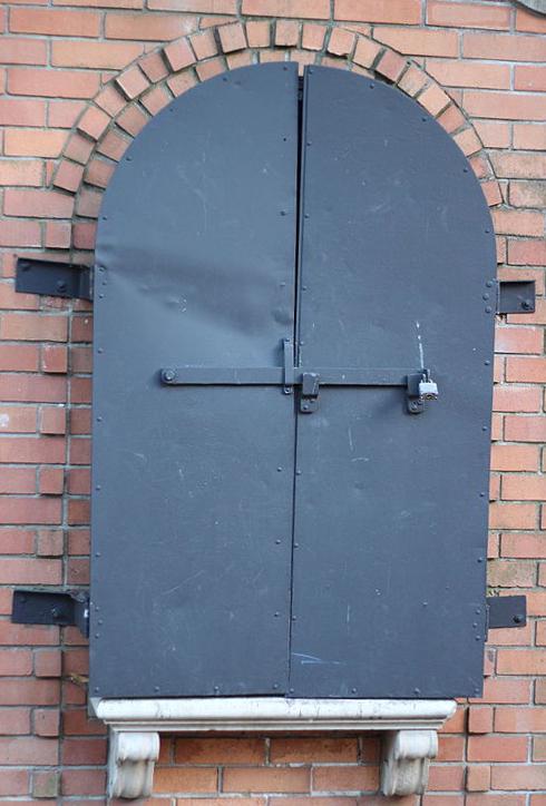 shakespeare gates closed